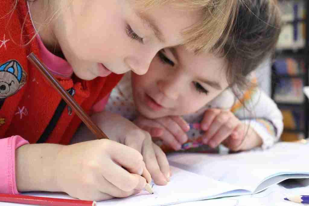bambini-che-fanno-i-compiti
